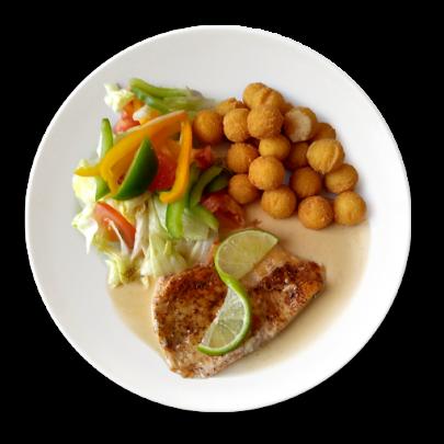 Kurací steak na limetkovej omáčke,zeleninový šalát,zemiakové krokety