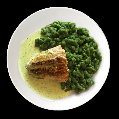 Domáce sádzané špenátové halušky a filet z lososa so smotanovo – bylinkovou omáčkou