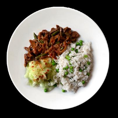 Hovädzie soté na šapiňónoch, hrášková ryža a uhorkový šalát