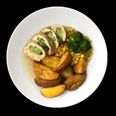 Kurací závitok plnený brokolicou, zemiakové štvrťky, kukurica