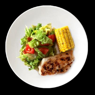 Kurací steak, kukuričný klas a čerstvá zelenina