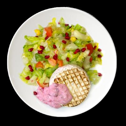Hermelín s brusnicovým dipom,zeleninový šalát s granátovým jabĺčkom